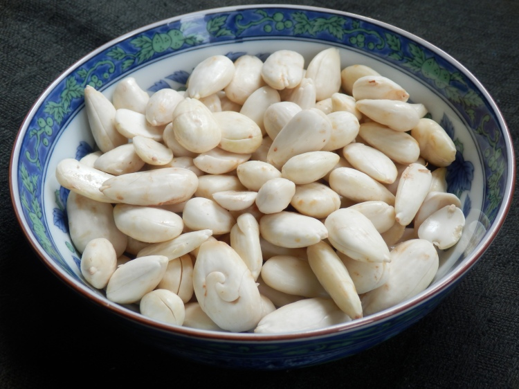 Skinned almonds